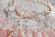 Bijoux de MARIAGE / Afin de pouvoir éblouir vos invités, l'éclat de vos bijoux de mariage illuminera votre immagination en y découvrant ces différents collections de bijoux où tout est possible. Raffinés et originaux, ils subliront los somptueuses robes.