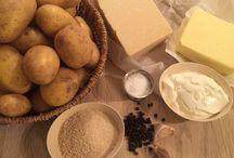 Gratineret kartoffelmos med brunet smør / Kartofler på den fede måde!Kartofler serveres til så mange retter, og derfor er det godt at have forskellige måder at tilberede dem på. Kartoffelmos kan laves på utallige måder og med alt fra ost til bacon. I vores version har vi valgt, at der skal brunet smør i, hvilket dufter fantastisk og får en skøn nøddeagtig smag. Jeg er fan af brunet smør og bruger det hver gang, jeg har mulighed for det.