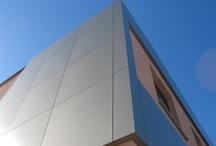 """Facciate Ventilate / Il  sistema """"facciata ventilata"""" è oggi l'involucro edilizio che garantisce i risultati migliori dal punto di vista del bilancio energetico dell'edificio. E'  costituito essenzialmente da una serie di strati funzionali vincolati all'edificio mediante una struttura metallica che, grazie all'intercapedine ventilata, ne migliorano il comfort termico, acustico e igrometrico."""