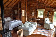 Cabañas Mallin Colorado / Muestra las cabañas de Mallin Colorado en la Patagonia chilena, tanto por dentro como los interiores, vistas, detalles, con el fin de mostrar el calido ambiente y el entorno en que se encuentran