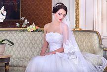 Tüll esküvői ruhák / Igazi tüll menyasszonyi ruhák széles választéka. Várunk Téged is szalonunkban, ahol többféle stílus, fazon és szín közül válogathatsz kedvedre tüll esküvői ruháink közül. Ne feledd, az itt látható kínálat csak egy kis ízelítő szalonunk terhes menyasszonyi ruhái közül, érdemes személyesen is körbenézned nálunk, vagy honlapunkon: eternityszalon.hu