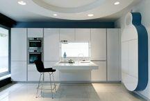 Cuisines en Couleurs : Bleu / Aménagement de cuisine colorée - Vous cherchez une cuisine design, zen et moderne ? La couleur bleu apportera son lot de calme et de sérénité dans votre salle à manger.