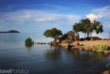 Malawi - africké jezero na hranici tří států / Třetí největší africké jezero Malawi, objevené britským cestovatelem Livingstonem, tvoří přírodní hranici mezi Mosambikem, Tanzanií a republikou Malawi. O tomto kultovním jezeru se dočtete v našem magazínu - magazin.travelportal.cz/malawi-kultovni-jezero