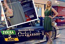 """Mode & Motoren - Models im Mercedes Look / Seit mehr 120 Jahren sorgt Mercedes-Benz im Motorsport für Nervenkitzel und Emotion pur. So alt sind unsere Models lange nicht und die Mode, die sie präsentieren schon mal gar nicht. Es sind die topaktuellen Sommertrends unserer Shops! Wir haben sie passend zu unserer Ausstellung """"Power. Passion. Pole Position""""  (noch bis 18. Juli im Allee-Center) vor den legendären Flitzern fotografiert. Mode & Motoren, das passt!"""