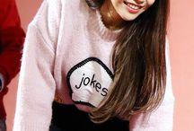 "Kim Yong Sun ❤️ / ""A líder e vocalista do MAMAMOO, eu sou do-ré-mi-fá-so-lá, Solar!""  Solar Mamamoo 21/02/1991 (27 anos)"