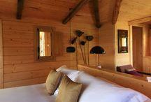 """La Cabane Bambou / Notre cabane dans les arbres, """"BAMBOU"""", climatisée, est composée d'une chambre à grand lit et d'une salle de bain avec baignoire et grande douche à l'italienne, une vasque,  wc séparés. La chambre et la salle de bain sont orientées au sud, et bénéficient chacune d'une grande vitre sans tain donnant sur la mer. Superficie de 37 m², sur pilotis, avec terrasse, équipée avec téléphone, télévision-dvd, connexion internet, coffre et minibar."""