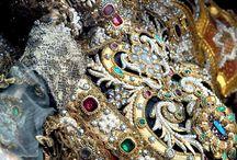 """Esqueletos Con Joyas / En 1578, se descubrió un complejo de laberintos bajo la ciudad de Roma lleno de tumbas de los primeros cristianos, que no renunciaron a su fé. Fueron venerados y llenados de joyas. Son llamados """"Santos de las Catacumbas"""" y sus esqueletos, fueron distribuidos tras la edad media entre diversas ciudades europeas. Lee más sobre esta maravillosa historia, en el siguiente link: http://tendenciasjoyeria.com/encontrados-esqueletos-con-joyas-de-hace-400-anos/"""