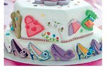 NEU -Alles zum Backen- NEU / Ob Kuchen, Torten, Plätzchen oder Muffins - wir haben eine große Auswahl an allerhand nützlichen Helfern für Ihr Backvergnügen. Färben Sie die süßen Leckereien doch einfach mal mit Speisefarbe oder verzieren Sie Ihre Torten mit Fondant. Für den besonderen Plätzchenspaß haben wir eine riesige Auswahl an verschiedenen Keksausstechern. Ob zur Hochzeit, Geburtstag und anderen Gelegenheiten - mit den essbaren Verzierungen geben Sie Ihren gebackenen Kreationen das gewisse etwas.