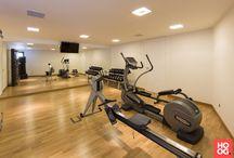 Hoog.design | Fitness / Gezonde voeding en beweging is belangrijk voor een goede gezondheid. Fitness is een bekende oplossing om in beweging te komen. U kunt deze oefeningen namelijk zelfstandig uitvoeren en het is een uitstekende vorm van ontspanning. Het gemak van een fitnessruimte in huis is dat u op ieder moment kunt gaan sporten zonder daar de deur voor uit te gaan. Fitness thuis geeft u de mogelijkheid om te ontspannen na een lange dag, wanneer u daar zin in heeft.