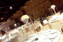 Floralcenterpiece. / Raffinati centritavola formati da una composizioni floreali abbinati ad antichi candelabri, a coppe, boulle e strutture in elegante vetro.