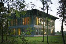 Acero y cristal / Casa modular de dos plantas situada en Francia, hecha a partir de acero y cristal, con techo macetero.