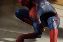"""Niesamowity Spider Man / """"Niesamowity Spider-Man"""", to historia, w której reżyser Marc Webb odwołuje się do początków komiksu o Człowieku-Pająku. Dowiecie się bowiem w jaki sposób Peter Parker (grany przez Andrew Garfielda) stał się Spider-Manem, dlaczego zginęli jego rodzice oraz jak radzi sobie zarówno ze zwykłymi szkolnymi problemami, jak i niekonwencjonalną sytuacją, w której się znalazł. W filmie pojawia się również Stan Lee, czyli sam autor komiksów o Spider-Manie. Już od 7 listopada film możne kupić na BLU RAY"""
