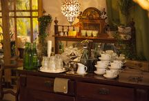 Vinegrette / A small coffeeshop and salad-restaurant with both small budget and small area. Most furniture are second-hand findings.