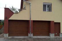Usi rezidentiale / Acest tip de usi confera un aspect deosebit garajului, datorita diferitelor tipuri de suprafete si culori, inclusiv imitatii de lemn.