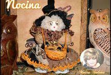 NOCINA / STREGHETTA NOCINA. Bambolina realizzata con le noci, è un portafortuna perchè da sempre la frutta secca come anche cereali e legumi contenuti nel suo cestino da sempre nella tradizione popolare sono SIMBOLO DI ABBONDANZA.