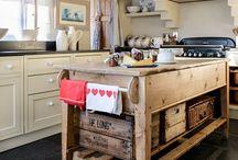 [ Caisse ] ✪ Cuisine / Lieu de passage, lieu de rassemblement, la cuisine est la plaque tournante de la maison : chaleureuse, ouverte, lumineuse, conviviale, multi-tâches, généreuse, dynamique.... Misez sur quelques caisses en bois pour soutenir le dynamisme quotidien : un jardin de plantes aromatiques, un vaisselier et pourquoi pas un véritable garde manger pour organiser et stocker vos bocaux faits Maison et régaler vos convives à l'envie.