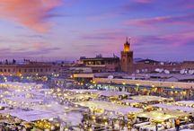 Marrakech (Maroc) / Marrakech, la ville rouge, est un endroit plein de magie ! Avec ses innombrables marchés, jardins, palais et mosquées, vous en aurez plein la vue. Consacrez une journée entière pour découvrir la Médina et ses cours secrètes et arpenter ses ruelles sinueuses. Dans tous les cas, le meilleur moyen de connaître le quartier reste de longer ses remparts à pied ou à vélo. Puis allez vous ressourcer dans le calme et la sérénité régnant au Jardin Majorelle
