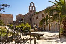 Dubrownik i Środkowa Dalmacja (mp) / Wszystkim, którzy chcieliby wiedzieć:    -  ile rodzajów miodu można dostać w Dalmacji?   - jak zamienić Pałac w miasto?   -czy mieszkańcy Chorwacji posługują się językiem serbsko-chorwackim czy może chorwacko-serbskim?   - czy na pewno to Dubrovnik jest najpiękniejszym miastem wybrzeża Adriatyckiego?   - jak jak wygląda piracka twierdza?   - jak smakuje wino z Półwyspu Peljesac?   - czy w Europie mamy własny chiński mur?