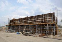 Droga ekspresowa S8 od węzła Opacz do węzła Paszków k. Warszawy / W ramach pierwszego etapu budowy drogi ekspresowej S8 na odcinku Opacz (bez węzła) – Janki Małe – Paszków (z węzłem) powstają następujące obiekty inżynieryjne: 10 wiaduktów drogowych, 2 mosty na rzece Utracie wraz z rozbiórką istniejących obiektów, 5 przepustów dla zwierząt oraz 3 kładki dla pieszych. Budowa trasy ma zostać zakończona na przełomie 2015 i 2016 roku. Nasza firma jest dostawcą deskowań do budowy wszystkich wyżej wymienionych obiektów inżynieryjnych.
