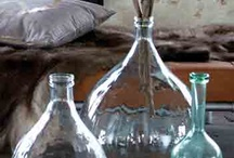 Glazen stolpen en flessen