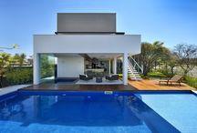 Piscinas / Sempre sonhou em ter uma piscina mas o orçamento está curto? Ou ainda: tem o orçamento, mas te faltam ideias para projetar a piscina no formato e material perfeitos? Confira tudo o que você sempre quis saber sobre o assunto!