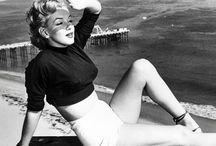 Marilyn Monroe / Bugüne kadar hakkında yığınla şey yazılmış olan Marilyn Monroe'ya spekülasyonlarından tamamen uzak bir çerçevede bakıyoruz.  Gelmiş geçmiş en iyi dizilerden biri olan Mad Men ve bir Dostlar Tiyatrosu oyunu da olan Buluşma ekseninden gördüğümüz seksi sarışın Monroe. http://www.sevgilimoda.com/tanricalar/marilyn-monroe.html