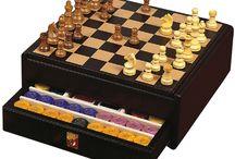 Настольные игры Renzo Romagnoli / Подарочные изделия от Renzo Romagnoli наполнены изыском и элегантностью, представляют собой престижные версии традиционных игр - игровые наборы с картами и фишками, шахматными досками, лото, нардами.