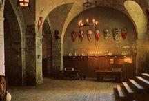 Cantina della Disfida di Barletta / La tradizione vuole che Monsignor de la Motta, euforico per aver bevuto l'allora Rosso Barletta in un'osteria della cittadina, abbia tracimato in insulti contro l'Italia e i cavalieri. Una bevuta over size di questo ottimo vino pugliese, avrebbe provocato la celebre contesa del XVI secolo, tredici cavalieri italiani contro tredici francesi. Per ricordare l'episodio è stata ricostruita la 'Cantina della disfida', proprio nel centro medievale della città.