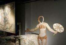 Magica Materia / Installazione dell'opera Tu ed Io, di Melissa Moliterno presso lo spazio museale della Domus dei Tappeti di Pietra, Ravenna. #RavennAntica