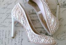 ウェディングシューズ l Wedding Shoes / 足元を輝かせてくれるキラめくウェディングシューズを特集します。Wedding shoes