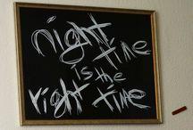 Night Time Kunstdruck / Das exklusive Bild NIGHTTIME besteht aus einem hochwertigen Holzrahmen mit kantengeschliffenem Glas, das an der Wand platziert wird. Formvollendet wird das Bild mit einem vergoldeten Nagel, der das CARVIDO Lederlabel an der Wand befestigt.  CARVIDO – Yes, we live!