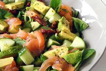 Salade met zalm advocade en kommer