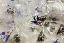 Pins Personalizados / Pins o pines personalizados con diferentes tamaños, acabados y formas personalizadas. Pins promocionales y publicitarios para empresas, promociones, congresos. Visita nuestra sección de pins personalizados en Chapea.com : https://www.chapea.com/pins-personalizados/
