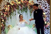 Arcade Nunti Inchirieri Evenimente /  Florile sunt ca dragostea, ele aduc culoare în lumea ta ... Fiecare nuntă pe care o realizăm este unică folosind o abordare sezonieră, reunim cea mai puternică și mai frumoasă combinație de flori. Arcadele de nunta va va ajuta sa realizati nunta visurilor dumneavoastra si sa va creati aspectul perfect pe care l-ati imaginat.