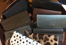 Clutches / Het feestelijke, verleidelijke en elegante kleine tasje heet officieel de 'clutch!'. En deze clutch is absoluut onmisbaar in de garderobe van een vrouw. Of je nu op vakantie bent, een dagje gaat shoppen, een feestje of een bruiloft hebt; deze tas mag absoluut niet ontbreken. Het tasje is handig, als je alleen je belangrijkste spulletjes mee wilt hebben of als je een chique en elegante look wilt creëren.