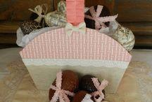 Cartonnage / Création de boites, paniers, petits meubles en carton et décorés avec des papiers, tissus et embellissements.