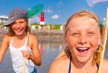 Familienurlaub in Büsum an der Nordsee / So geht Urlaub mit Kindern! Ob in den Ferien, am Wochenende, zum gemeinsamen Kurzurlaub oder einfach beim ausgiebigen FAMILIENURLAUB: Büsum hat alles: Meer, Strand, tolle Unterkünfte, spannende Ausflugsziele & Sehenswürdigkeiten (sogar für Regenwetter) und leckereres Essen, das allen schmeckt. Und das ALLERBESTE: für den Urlaub mit den Kids gibt's super Angebote.  Hier findet ihr alles, was ihr wissen müsst.