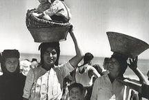   Lusa Luso ♥ Nazaré   / Nazaré, ville tournée vers l'océan, est célèbre pour son port de pêche. C'est aussi la plage du Portugal où les traditions de la pêche sont les plus colorées et il n'est pas rare de croiser des marchandes de poissons qui portent encore 7 jupons, comme l'exige la tradition.