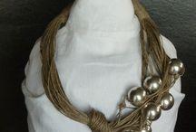 Zsinórban / Viaszolt pamutszálból készült nyakláncok gyűjteménye.