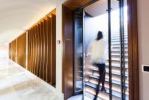 Ruimtebesparende automatische vouwdeur / harmonicadeur voor maximale doorgangsbreedte / Wanneer de doorgangsbreedte bij voorkeur volledig behouden dient te blijven, wordt een vouwdeur toegepast. Deze kan eenvoudig in een later stadium worden ingebouwd in bestaande doorgangen. Typische toepassingen vindt u bijvoorbeeld in de horeca als doorgang van het buffet of van de keuken naar de restaurantruimte, en - sinds de wettelijke verplichting tot het scheiden van ruimten waar wel en niet gerookt mag worden - voor de inrichting van rookruimten.