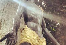 Lucio Fontana / Il maestro dello spazialismo Lucio Fontana lascia la sua firma in alcune delle opere del Cimitero Monumentale.