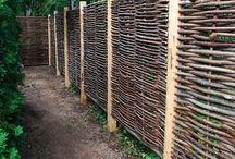 CLOTURE BARRIERE CLAUSTRA / Nos propositions de principe pour la palissade en bois destinée à l'habillage de la clôture existante sur tout le pourtour du jardin. Et idées de séparation entre jardin d'agrément et coin potager.