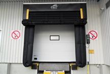 Abrigos hinchables / Los abrigos hinchables de #Angelmir son el complemento esencial para conseguir el cierre perfecto en los muelle de carga donde es necesario mantener una temperatura constante. Consisten en un sistema de bolsas de material flexible, estanco y muy resistente que al hincharse con el aire producido por un ventilador se adaptan a la forma de las paredes y techo del vehículo consiguiendo una gran estanqueidad. Para más info: http://www.muelledecarga.com