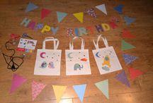 Goûter d'anniversaire DIY / Création déco d'anniversaire en papier. Nécessite : bloc papiers origami, pistolet à colle, ficelle, ciseaux, yeux mobiles, etoiles.