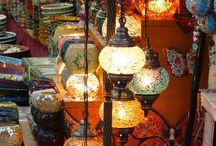 Mosaiklampen / Kamallas Mosaiklampen sind eine wunderbare Möglichkeit, der eigenen Wohnraum einen orientalischen Charme zu verleihen. Aufgrund von handgefertigten Mosaikeinsätzen im Gehäuse der orientalischen Lampen erstrahlt Ihr Raum in einem traumhaften Lichtzauber. Die viele eingesetzte Mosaiksteinchen werfen mystische Schatten an Wände und Möbel und tauchen den Raum in einen Zauber wie in 1001 Nacht. Kamalla präsentiert hier euch einige unsere beliebtesten Lampen.