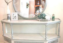 mueble restaurado / se a restaurado el mueble, lijado y tratada la madera y pintado con chalk paint en tres tonos de gris y terminado en cera especifica y los interiores se han pintado con flores y terminado en barniz mate muy resistente.