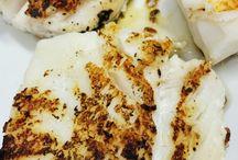"""Una cucina vera / Una cucina vera, senza fronzoli, ma comunque di fascino e sapore. D'estate è l'ideale. Per questo vi suggeriamo di provare il nostro baccalà alla griglia: semplice e di gusto, o la fresella, per esempio, da comporre con baccalà o stoccafisso o cozze e polipetti e poi verdure di ogni tipo. Oppure nell'originale menu degustativo """"Come una volta"""": primo, secondo e dolce ogni giorno diversi perché secondo dispensa, più calice di vino e acqua, a pranzo a soli 13 euro."""