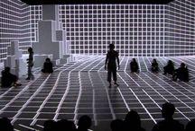SEVENTH SENSE / Título Seventh Sense. Autor: Anarchy Dance Theatre. Es una pieza que relaciona el movimiento con la interactividad. Focaliza el tejido que construye la subjetividad en un tiempo real, interactuando con el espacio. El espectador está inmerso en proyecciones de mapping, que se van transformando en el espacio tétricamente. La audiencia puede manipular, lo que está viviendo el ser humano, cómo se siente y los sentidos del mundo digitalizado.