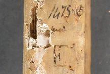 APADRINAT! Cosmographia. Vicenza : Hermannus Liechtenstein, 13 set. 1475. / 1a edició de l'obra de Ptolemeu, en la traducció al llatí de Jacobus Angelus. Després d'una breu introducció, es troba la secció fonamental: una llista de noms de lloc de l'antiguitat, acompanyats per les latituds i longituds aproximades. A continuació, a part del llibre 7è i a la totalitat del 8è, Ptolemeu indica com realitzar tant un mapa del món com els mapes de les 26 regions definides a l'obra. L'exemplar procedeix de la Biblioteca Mariana del convent de Sant Francesc d'Assís de Barcelona.