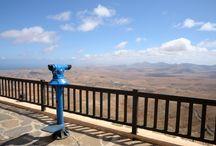 Fuerteventura / Fuerteventura liczy aż 22 miliony lat, jest najstarszą, najdłuższą i drugą co do wielkości wyspą Archipelagu Kanaryjskiego. Jej linia brzegowa liczy 340 km, z czego duża część to zjawiskowe plaże. Piasek na plaże nawiewany jest prosto z Sahary – stąd do Afryki jest jedynie 115 km! Utrzymująca się przez cały rok na stałym poziomie temperatura, ok. 22°C, intensywne światło, rewelacyjne warunki do uprawiania windsurfingu i piękne pejzaże czynią wyspę fantastycznym miejscem na wakacje.